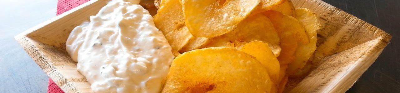 Kartoffelchips mit Sour Cream Dip